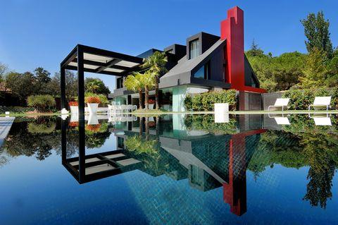 <p>Smart House está situada en una de las zonas más caras de Madrid: la urbanización La Moraleja. Es considerada una de las viviendas más singulares del mundo, y ha sido escenario de numerosas producciones de cine y televisión. ¿La última? La serie B&B.</p>