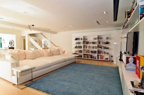 <p>El color predominante en toda la casa es el blanco, que contrasta con los suelos de madera. Todos los ambientes respiran un aire zen.</p>