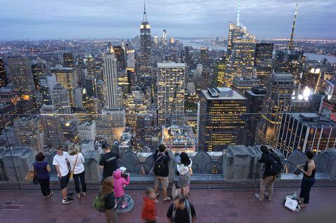 <p>Aunque el Empire State sea todo un clásico para ver la ciudad de Nueva York desde las alturas, no dejes de visitar también el Top Of The Rock, en el número 30 de Rockefeller Plaza. Este edificio, además de ser la sede de la cadena de televisión NBC, posee una plataforma de observación en su azotea con una vista de 360 grados. A diferencia de la plataforma del Empire State, aquí hay mucho espacio para moverse libremente. Incluso podrás descargarte una <i>app</i> de realidad aumentada que, situando la cámara hacia las vistas, te dirá el nombre de los edificios que estás observando.</p>