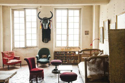 <p>Mezcla de objetos en el salón de Ivan: cabeza de yak (es parte de un traje de danza tibetano); sofá de la tienda L'Air du Temps; taburetes de la Galerie Salon y butacas de mercadillos.</p>