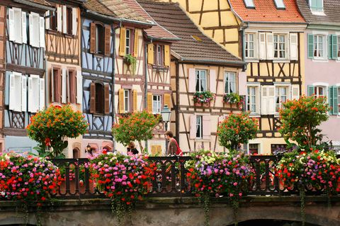 <p>La región de Alsacia alberga este espectacular lugar de aspecto mágico: la ciudad de Colmar. De estilo gótico alemán, sus casitas de colores le dan un ambiente único. No te pierdas la zona conocida como 'Pequeña Venecia', antaño centro neurálgico de la pesca y hoy zona turística por excelencia gracias a sus pintorescos canales.</p>