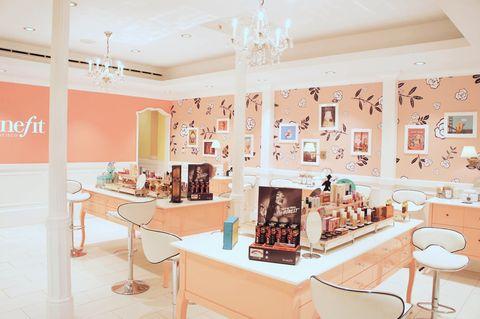 """<p>Si lo que queréis es una de esas fiestas que no se olvidan, súmate a la iniciativa de <strong>Benefit</strong> y visita su establecimiento de la calle Ayala, en Madrid. Si sois seis chicas o más, allí os esperarán para que disfrutéis de un encuentro personalizado rodeadas de todos sus productos.</p><p>Maquillaje para cada una a medida, diseño de cejas, y multitud de productos para llevarte a tu casa, todo acompañado por un 'catering' personalizado y por el mini precio de 50 €. <strong>Psss...</strong> Si lo que quieres es coger algo de color, también tendrás la posibilidad de hacerte un bronceado corporal con un gran descuento.</p><p>+info: <a href=""""http://www.benefitcosmetics.com/"""" target=""""_blank"""">www.benefitcosmetics.com</a></p>"""