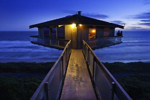 <p><strong>The Pole House</strong> es una de las casas más conocidas y fotografiadas de Great Ocean Road, en Victoria. Está construida sobre una columna en la playa, que le da el aspecto de estar suspendida. Actualmente está siendo remodelada, pero en unos meses podrá volver a alquilarse por unos 300 dólares australianos al día para disfrutar de sus impresionantes vistas.</p>