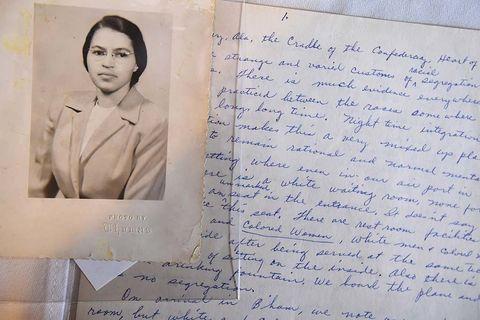 <p><strong>Activista por los derechos civiles</strong></p><p>&nbsp;</p><p>Diciembre de 1955, Rosa Parks, de 41 años por aquel entonces, se sentaba en un autobús en Montgomery (Alabama). Estados Unidos, especialmente los estados del sur, vivía un momento de fuerte segregación racial. Rosa no podía sentarse en cualquier asiento dentro del transporte público por su condición de color. Debían ceder el asiento a los viajeros blancos. Aquel día, el conductor ordenó a Rosa que se levantara para cederle el asiento a un hombre blanco y ésta dijo que no. Más tarde, diría en una entrevista que le dolían los pies y fue arrestada y multada por ello, pero esa fue la primera piedra de una oleada de protestas que puso en marcha el movimiento por los derechos civiles en Estados Unidos.&nbsp;</p>