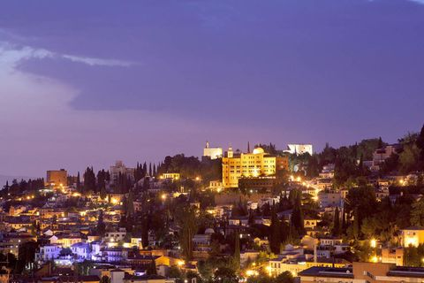 """<p>Si prefieres salirte del centro y evadirte en lo alto de la colina sucumbe a los encantos del centenario <a href=""""http://www.h-alhambrapalace.es/"""" target=""""_blank"""">Alhambra Palace</a>. Ubicado dentro de la ciudadela, y al igual que la Alhambra, forma parte del conjunto protegido por la Unesco. Desde que abrió por primera vez en 1.910, han pasado multitud de <i>celebrities</i>, gente de la realeza y algunos de los personajes más relevantes en el séptimo arte como Sophia Loren o Lauren Bacall (&quot;a la reina Sofía le encanta este hotel porque le recuerda a su juventud&quot;, nos cuenta Ignacio Durán, director de márketing del hotel).</p><p>Con una arquitectura muy pintoresca inspirada en la propia Alhambra, además de unas suites de lujo y un ambiente familiar (muchísima gente del personal lleva más de 30 años en el servicio), el Alhambra Palace esconde otro punto fuerte: su cocina, dirigida desde hace más de 40 años por el lugareño Paco Rivas, que siempre se preocupa por &quot;adaptar los platos de siempre al gusto del cliente&quot;, nos dice encantado con su trabajo. Es decir, cocina tradicional pero siempre generosos y abiertos a adaptarse a personalizar cada una de sus propuestas. ¿Un consejo? Disfruta de su cocina en el balcón del hotel, con unas vistas espectaculares donde, según el personal del hotel se prometen muchas parejas. &quot;Si aquí te dicen que no...&quot;, bromea Ignacio.</p><p>Y una curiosidad: al color de su fachada lo denominan 'naranja galatea', porque es igual que el de la Alhambra.</p><p><i><strong>(Plaza Arquitecto García de Paredes, 1.Tfno.: 958 22 14 68, reservas@h-alhambrapalace.com).</strong></i></p>"""