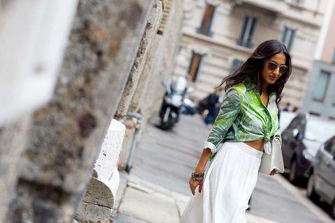 <p>Con pantalones palazzo y faldas maxi de cintura alta, en verano anudarse la camisa y convertirla en una &quot;crop blouse&quot; es una idea rompedora y perfecta.</p>