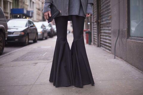 <p>A medio camino entre el vestido de cola de sirena y unos discretos campana. Dispuestos a colarse en los looks de street style con tintes boho. Mejor con un zapato de altura.</p><p>Foto:<strong> Brooke Testoni</strong></p>