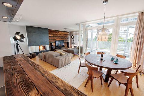 <p>La madera define este salón, del estudio Beef, con las sillas Fin, 935 €, de Matthew Hilton para De La Espada, y los sofás Extra Soft, desde 815 €, de Living Divani.</p>