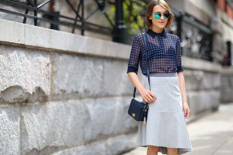 <p>Una opción ideal para ir a trabajar en verano. Con falda asimétrica con volante y con el azul marino y gris como pareja cromática protagonista. Como calzado, atrévete con unas sneakers blancas.</p>