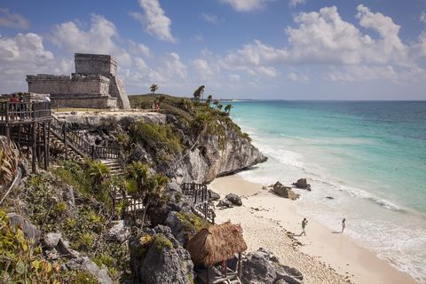 <p>La mexicana Riviera Maya esconde mil y un rincones que merece la pena conocer. Entre ellos está la playa de Tulum, probablemente uno de los pocos lugares del mundo en los que puedes darte un baño con vistas a las ruinas de una antigua ciudad maya.</p>