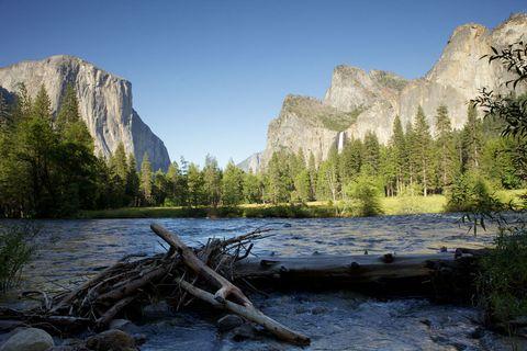 <p>En el estado de California se puede visitar este espectacular enclave de más de tres mil kilómetros cuadrados. Es el lugar perfecto para practicar el senderismo o actividades como la escalada, ya que dispone de diversas rutas señalizadas y cursos para principiantes. La zona de Yosemite Valley es todo un imprescindible debido a sus saltos de agua, aunque también conviene recordar que este parque nacional cuenta con un bosque de ejemplares de secuoia gigante.</p>