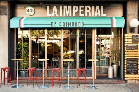 """<p>Tras el éxito de la Imperial de San Antón, hace poco que ha abierto sus puertas <a href=""""http://www.laimperialderaimundo.com/home.php"""" target=""""_blank""""><strong>La Imperial de Raimundo,</strong></a> en el número 44 de la madrileña calle Raimundo Fernández de Villaverde. Hemos tenido la oportunidad de sentarnos en las mesas de esta preciosa taberna modernizada, a disfrutar de una cocina deliciosa y sin aspavientos. Con una carta pensada fundamentalmente para tapear, la clave es una materia prima excelente, tratada con mimo en la cocina, como podrás comprobar con sus originales boquerones fritos, con un delicioso adobo que recuerda al bienmesabe. El pulpo, en la Imperial se toma a la brasa, lo que le da una textura y un aroma a encina del que te seguirás acordando días después, igual que de su ensaladilla rusa con patatas fritas, donde la sencillez se convierte en el ingrediente fundamental para un resultado redondo. Si te gustan las alitas, no dejes de pedirlas, las fríen deshuesadas y no tendrás que mancharte los dedos. Las raciones son generosas, por lo que nos que nos fue imposible probar su famoso cachopo, una de las señas de identidad de esta deliciosa taberna. Mejor, ya tenemos excusa para volver. </p>"""