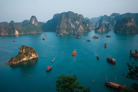 <p>La bahía de Ha-Long es el destino turístico más icónico de Vietnam. Este lugar, Patrimonio de la Humanidad según la UNESCO, está compuesto de más de 1600 islas e islotes escarpados que conforman un paisaje sin igual. Disfruta de su belleza a bordo de un crucero turístico y no te pierdas los espectaculares atardeceres de esta bahía, cuyo nombre significa 'donde el dragón desciende'.</p><p>&nbsp;</p>