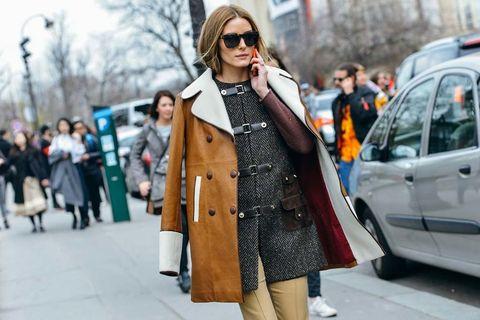 """<p>Copia el look de Olivia Palermo y atrévete con esta original combinación: abrigo de cuero y capa de tweed espiga.</p><p>Foto: <a href=""""http://www.tommyton.com/"""" target=""""_blank"""">Tommy Ton</a></p>"""
