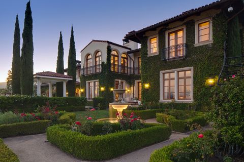 <p>La vivienda es un oasis de paz ubicado en una prestigiosa zona de Los Angeles, lejos del bullicio de la ciudad. Heidi Klum y su pareja por entonces, el cantante Seal la compraron en 2010 por unos 14 millónes de dólares.</p>