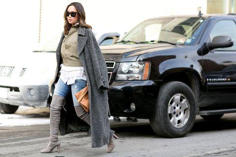 <p>El denim, el tweed en un abrigo masculino maxi y las botas de ante elásticas por encima de la rodilla crean un perfecto trío estilístico.</p>
