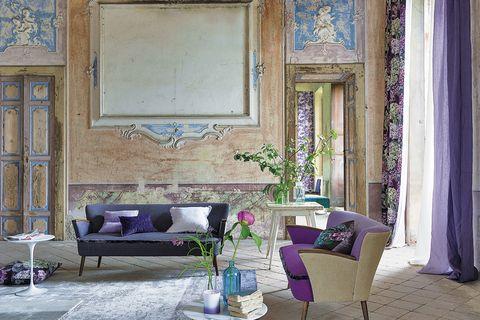 <p>De Designers Guild, sofás <i>Adelphi,</i> desde 2.125 €/cu, y cortinas <i>Sudara Damson,</i> 135 €/m. </p>