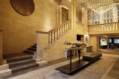 <p>Patricia Urquiola, junto con el estudio LVG, han convertido la antigua embajada de Dinamarca en Berlín (un edificio señorial de los años 30 obra de Johann Emil Schmidt), en el hotel del que todos los trendsetters hablan: el Das Stue (en danés, 'sala de estar').</p><p>El lobby del hotel da una curiosa bienvenida: una cabeza de cocodrilo a tamaño real con las mandíbulas abiertas, obra del escultor francés Quentin Garel.</p>