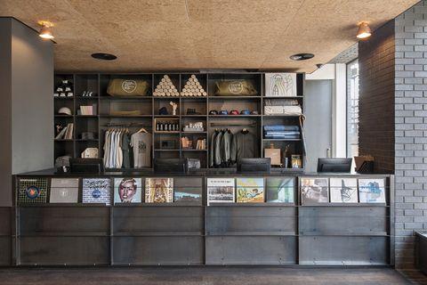 <p>La planta baja es toda una declaración de intenciones: la recepción-shop (para comprar desde una Moleskine hasta un tocadiscos), el restaurante Hoi Polloi, a cargo de Pablo Flack y David Waddington, el genial tándem responsable de Bistrotheque, uno de los locales más cool de Londres&#x3B; un café que sirve exquisitas variedades de Square Mile Coffe Roaster...</p>
