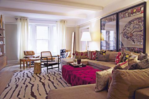 <p>Un gran ventanal llena de luz el confortable salón, donde la silla Eames Lounge está presente por partida doble. Los muebles se fabricaron en caoba.</p>