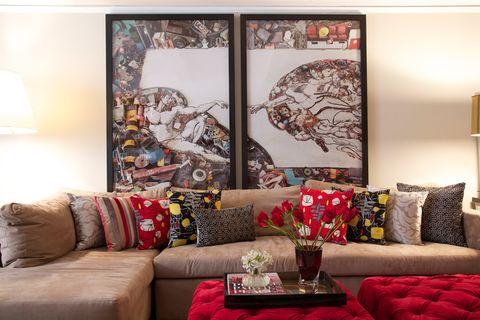 <p>El díptico 'La creación de Adán, después de Miguel Ángel', obra del artista brasileño Vik Muniz, preside una de las paredes del salón.</p>