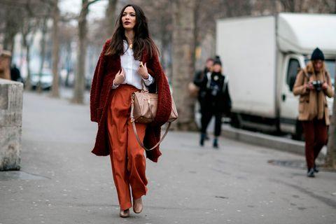 <p>El color teja domina la paleta de colores de esta temporada: los pantalones 'oversize' de esta 'fashionista' dominan su look, que mezcla de manera magistral con básicos como la camisa o el abrigo jaspeado. ¡De 10!</p>