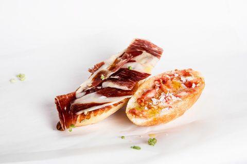 """<p>No hace falta renunciar al bocata, solo tienes que adaptarlo a su versión integral. Este es el desayuno que proponen desde<a href=""""http://ladietaproteica.com/"""" target=""""_blank"""">DietFlash</a>: <strong>Zumo de naranja + Bocadillo de pan integral con jamón serrano + 1 pieza de fruta</strong>.</p>"""