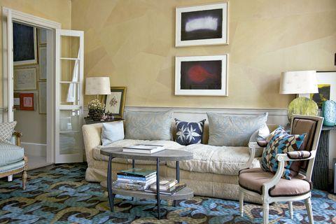 <p>Butaca Louis XVI, mesita de Ashley Hicks y obras de arte de Anish Kapoor. Los cojines y la alfombra son by Allegra Hicks.</p>