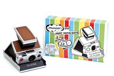 <p>Dentro de sus divertidos gadgets electrónicos, encontrarás aquella cámara que hacía fotografías tan características con el borde blanco: la Polaroid SX-70. Actualizada y revisitada, causarás furor con cada instantánea (270 €).</p>