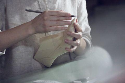 <p>&nbsp;</p><p>La creadora impuso con este accesorio una auténtica ruptura estilística. En una época en la que los zapatos monocromo se imponían en rígidos códigos del vestir para combinar según el color del traje, Chanel libera a las mujeres de esa anticuada etiqueta con su creación.</p>