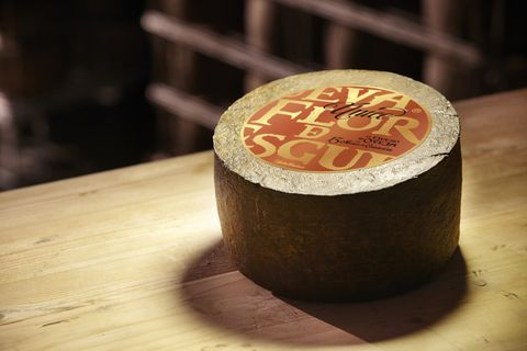 """<p>Teniendo en cuenta que el queso es un producto vivo, hay que tener cuidado en su conservación. Desde el equipo de <a href=""""http://www.flordeesgueva.es/"""" target=""""_blank"""">Flor de Esgueva</a>, que se caracteriza por su fidelidad a &quot;su&quot; queso (en la fábrica donde se produce, Peñafiel, muchos trabajadores viven de ello desde hace décadas), nos cuentan varios trucos para que lo habas lo mejor posible. Aquí tienes sus cuatro tips para que aciertes:</p><p>- &quot;Consúmelo a la mayor brevedad para que no pierda sus principales cualidades organolépticas&quot;.</p><p>- &quot;En cuanto a la temperatura, lo mejor es mantenerlo en frío, entre 4 a 8 grados&quot;.</p><p>- &quot;Siempre hay que atemperar. Antes de disfrutarlo, lo ideal es sacarlo del frigorífico entre quince y treinta minutos antes para que coja temperatura: la óptima está entre 18 y 22 grados&quot;. &nbsp;&nbsp;</p><p>- &quot;Déjalo respirar. Es mejor envolver el queso siempre en un paño húmedo o en un papel alimentario grueso, ya que esto permite que respire&quot;.</p>"""