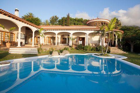"""<p>Sí, este lugar se llama <a href=""""http://www.booking.com/hotel/es/heaven-in-europe-santa-ursula.es.html"""" target=""""_blank"""">Heaven in Europe</a> y no es broma. Podríamos decirte que tiene una piscina espectacular (de 160 metros cuadrados), unos jardines increíbles con vistas al océano y que te puedes levantar cada mañana y hacer yoga mirando al Teide, pero... hay mucho más. La exclusiva villa, de un dormitorio, tiene incluso una zona de playa privada. Tienes que verlo por ti misma. Pssst: no es tan caro como imaginas.</p>"""