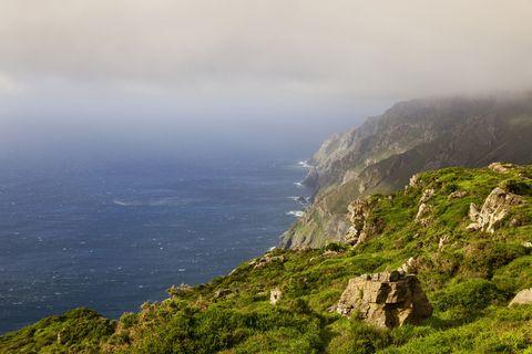 <p>Cabo Ortegal es el segundo punto más septentrional de la Península Ibérica, tras el cabo de la Estaca de Bares. Allí se localiza el acantilado más alto de la geografía europea: Herbeira, con 613 metros sobre el nivel del mar. No te pierdas sus alrededores: desde la localidad de San Andrés de Teixido a la ría de Ortigueira.</p>