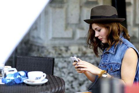 """<p>Preguntamos a Cynthia sobre el movimiento desde dentro. Nos cuenta que, desde que transformó su blog a una página web con más contenidos a parte de los looks diarios, notó un aumento de visitas y usuarias. Algo que nos hace sospechar sobre el cambio en los gustos o, quizás, que toda moda siempre tiene un final. Sobre Instagram, nos cuenta algo interesante y es que la red social es la catapulta perfecta para lograr el tráfico de estos blogs, el complemento perfecto para determinados temas o post.</p><p>Cynthia nos lo confirma: """"Instagram me ha ayudado a crear comunidad, he encontrado a gente afín y para la que disfruto escribiendo."""" Y nos aclara algo más: """"Cuando publico sobre belleza o lifestyle, el público de Instagram va al blog a leer el post completo pero, por ejemplo, con los posts de outfits hay menos movimiento en el blog una vez que ya han visto el look en Instagram. ¡Es normal!""""</p><p></p><p></p><p></p><p></p>"""