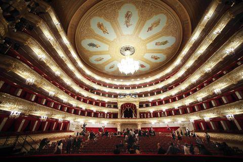 <p>De estilo neclásico, el Bolshói es todo un templo para amantes de la danza. Reinaugurado en 2011 tras una gran remodelación de seis años, hoy el teatro luce mejor que nunca: se han recuperado todos los antiguos elementos de la época imperial, como un impresionante telón elaborado con quinientos kilos de hilo de oro.&nbsp;</p>