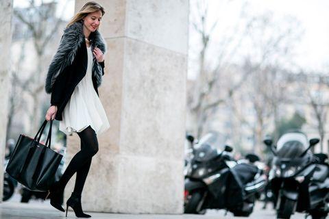 <p>Estola de pelo, collar dorado, botines con tacón fino... Un estilismo 100% femenino con un punto moderno perfecto para sentarse en el 'front row'.</p>