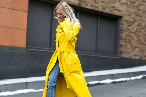 <p>&nbsp&#x3B;Shea Marie, autora del blog &quot&#x3B;Peace, love shea&quot&#x3B;, con un look casual con denim y una gabardina protagonista plastificada en un ácido amarillo.</p>