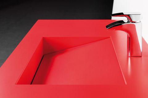 <p>En el lavabo <i>Balance,</i> <i>Rosso Monza,</i> desde 770 €, de Silestone. </p>