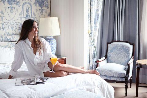 """<p>Nuestras dos ganadoras pudieron disfrutar con sus acompañantes de una noche en dos de las <strong>'suites' presenciales</strong> de <a href=""""http://www.westinpalacemadrid.com/"""" target=""""_blank"""">The Westin Palace.</a> Una vez ya dentro del lujoso hotel madrileño, con vistas al Paseo de la Castellana, en un espacio tan amplio, luminoso y acogedor, tan sólo quedaba una cosa: disfrutar.&nbsp;</p><p>&quot;Viviendo en Madrid es bastante improbable que una se aloje en este hotel, y con esta experiencia ha sido posible. Pasar una noche en este emblemático hotel te hace sentirte casi una estrella&quot;, nos cuenta Rosa.</p>"""