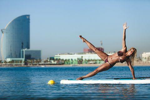 """<p>Si estás en Madrid, La Casa Corona te invita a disfrutar de las mejores clases de surf y yoga, impartidas por Origen Surf este fin de semana, desde el viernes 24 al domingo 26, además de otras actividades como talleres de cocina peruana. En cambio si estás en Barcelona, todos los domingos del verano, a las 9 y a las 10 de la mañana, puedes relajarte haciendo un yoga muy particular: sobre una tabla de surf. Es una propuesta de la cerveza Aigua de Mo,oritz, cuesta 25 euros por persona e incluye una clase y un brunch. Puedes reservar en <a href=""""http://www.surfhousebarcelona.com"""" target=""""_blank"""">www.surfhousebarcelona.com.</a></p>"""