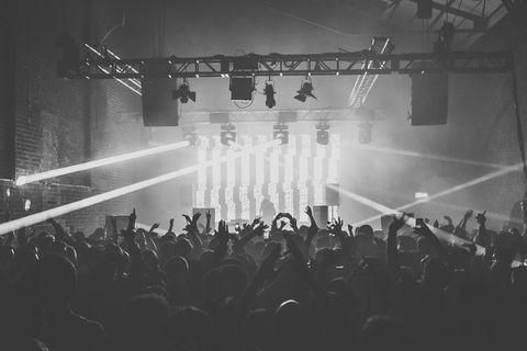 """<p>Es el festival de música electrónica por excelencia. Este año cumple los dos patitos (22 años) y tiene pinta de ir por el mismo camino: demostrar que en innovación y nuevas tecnologías, es el que manda. En alguna ocasión la procedencia de los asistentes a <strong>Barcelona</strong> por este evento ha superado los… ¡100 países! &nbsp;</p><p>Uno de sus puntos fuertes es la rica programación tanto de día como de noche, que en esta edición alcanzarán las 130 actuaciones encabezadas por grupos como Duran Duran y Die Antwoord. Uno de los DJs del momento, Skrillex también deleitará a los asistentes que también contarán con una propuesta revelación de la electrónica: FKA Twigs. Nombres más populares como The Chemical Brothers, Jamie xx o Arca &amp; Jesse Kanda también son parte del cartel. &nbsp;</p><p><strong>Cuándo:&nbsp;</strong>18, 19 y 20 de junio.</p><p><strong>+info: </strong><a href=""""http://sonar.es/es"""" target=""""_blank"""">sonar.es</a>.</p>"""