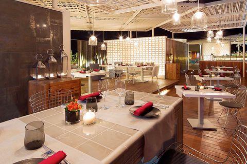 """<p>Si lo que quieres es un destino exótico que se una a la buena mesa lo tenemos: el restaurante en Ibiza <strong>Vi Cool</strong>, el más desenfadado del afamado chef<strong> Sergi Arola</strong>.</p><p>Ubicado en el<strong>Hotel Aguas de Ibiza</strong>, una azotea desde la que se divisa por un lado la montaña y por otro el mar, es la elegida por este chef con dos estrellas Michelin. Multitud de tapas tradicionales españolas funcionan como un gran reclamo que aunan, además de su calidad, una presentación tan original que entra por los ojos. Las Bravas de Arola o los langostinos fritos con curry y menta son algunas de las propuestas que han conquistado a lugareños y foráneos.</p><p><strong>+info:</strong> <a href=""""http://www.aguasdeibiza.com/restaurantes-ibiza"""" target=""""_blank"""">www.vi-cool.com.</a></p><p><strong>(Salvador Camacho 9, Santa Eulalia, Ibiza).</strong></p>"""