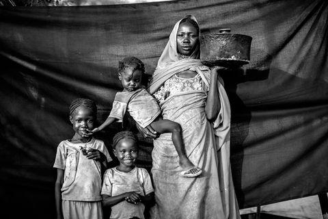 <p>Imagínate que, de repente, tuvieras que huir de tu casa y de tu país, ¿qué es lo más importante que te llevarías? Esta pregunta, aparentemente tan inimaginable, ya se la han tenido que hacer miles de refugiados de países como Siria, Sudán, Mali… y es el leitmotiv de la exposición fotográfica <strong>The most important thing. Retratos de una huida.</strong> Se trata de 24 personas fotografiadas por el americano Brian Sokol en el momento preciso de huir de su casa, llevándose lo que para ellas era más importante. La muestra, en la que colabora ACNUR, se puede ver en <strong>CaixaForum Barcelona</strong> (Avenida Francesc Ferrer i Guàrdia, 6) todos los días de 10 a 20 h.</p>