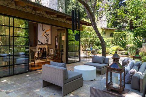 <p>Comunican el salón con una zona de estar en el porche.</p>