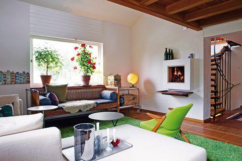 """<p>&quot;El hecho de tener dos sofás tan diferentes juntos, uno de diseño, el Charles de Antonio Citterio para B&amp;B Italia, y el otro, un sofá vintage sueco de madera, ¡es para mí la combinación perfecta! Todas las mezclas son posibles, la expresión """"mal gusto"""" no figura en mi vocabulario&quot;.</p>"""