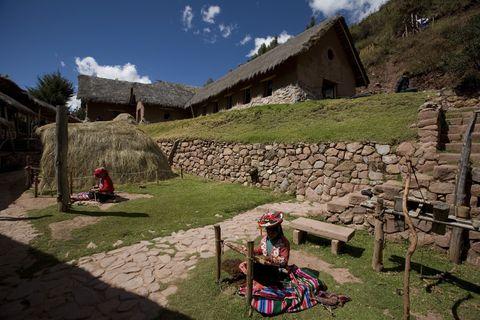 """<p>¿Te apetece conocer una cultura desde dentro radicalmente diferente a la nuestra? En <a href=""""http://www.promperu.gob.pe/"""" target=""""_blank"""">Perú</a> existen varias comunidades que te lo ponen fácil: con ellas podrás compartir su día a día, y desarrollar lo mismo que ellos hacen en medio de la naturaleza. Arar, sembrar, cuidar la tierra, o tejer y teñir la lana de oveja para confeccionar prendas. Fichamos tres lugares donde podrás vivir esta experiencia... imborrable.</p><p>- Comunidad de <a href=""""http://vivemisminay.pe/"""" target=""""_blank"""">Mullak'as Misminay</a> (Cusco). &quot;Son 300 familias que conservan tradiciones ancestrales y dialogan con la naturaleza y el cosmos&quot;, nos cuentan promotores del turismo en Perú. &quot;Se trata de un pueblo sensible que posee iconografía textil misteriosa, flora y fauna únicas, delicada gastronomía de productos oriundos y mantiene costumbres prehispánicas&quot;, añaden. ¿Puedes resistirte?</p><p>- Comunidad <a href=""""http://www.awanakancha.com/es"""" target=""""_blank"""">Awana Kancha</a>. El objetivo de este pueblo es promover la recuperación de su labores textiles tradicionales (la andina). Para ello, una red de familias que llevan décadas dedicándose a ello, enseñan todo el proceso al turista: el hilado, teñido y manejo de la fibra... ¡Volverás siendo una auténtica <i>knitter</i>!</p><p>- Comunidad de mujeres <a href=""""http://mujeresaymaras.com/"""" target=""""_blank"""">Aymara</a>. En la región de Puno, a orillas del río Titicaca, existen unas 400 mujeres que conforman esta especie de asociación que se dedica a &quot;plasmar cada momento de su vida, tropiezo y triunfo en el arte del tejido y el bordado&quot;, nos cuentan desde turismo. ¿Quieres aprender su arte de cerca?</p><p>&nbsp;</p>"""