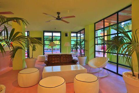 <p>El lobby del hotel está concebido como un oasis tropical: palmeras, vegetación exuberante y muebles blancos crean una atmósfera natural y refrescante.</p>