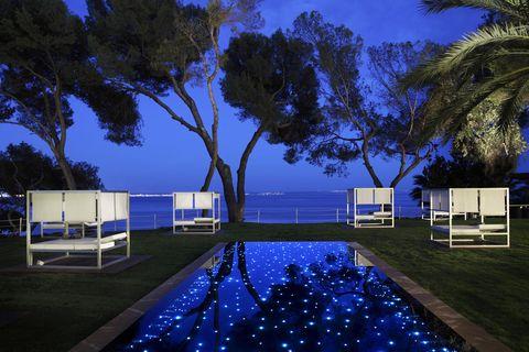 <p>Con vistas al mar, este exclusivo hotel de cinco estrellas y 'adults only' tiene todo lo necesario para relajarse en un ambiente único. Dispone de spa con todo tipo de opciones de descanso, incluido el circuito de relax nocturno en las noches de verano, además de todo tipo de detalles cuidados al máximo que te harán sentir como en casa: carta de almohadas, cafetera Nespresso... Incluso podrás disfrutar de una cena romántica en la playa privada del hotel. ¿Quién da más? (Desde 208 €/ hab. doble).</p>