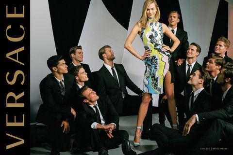 <p>La combinación ilustra perfectamente la portabilidad de la moda moderna de Versace, desde el ultra-glamour a lo cotidiano.&nbsp;</p><p>Las imágenes fueron tomadas en Chicago y, en el estilo clásico de Weber, la indumentaria femenina y masculina se van de la mano.</p><p>Algunas de las fotos de campaña reflejan escenas de la familia moderna, muy Weber y muy Versace al mismo tiempo.</p>