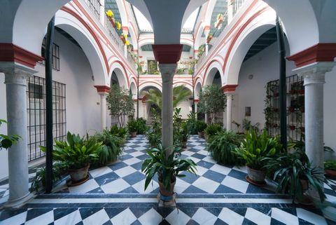 <p>Dorne es uno de los lugares más exuberantes de la serie y se grabó en Sevilla. La frondosa vegetación y la llamativa arquitectura envuelven toda la ciudad. Para muestra, el apartamento Giralda, situado en la Casa del Palacio, una torre del s. XVIII con vistas a la&nbsp; Giralda. Su patio típico es una auténtica delicia. Desde 75 €/noche.</p>